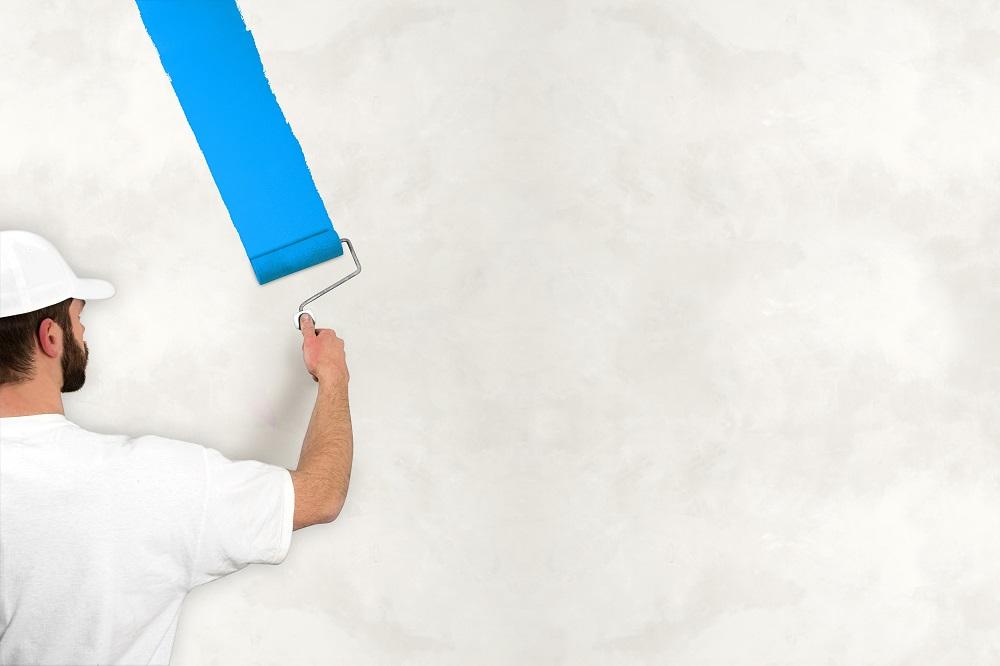 Pokojowy malarz w pracy