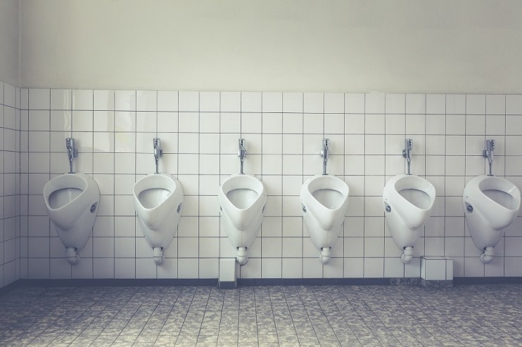 wyposażona toaleta publiczna