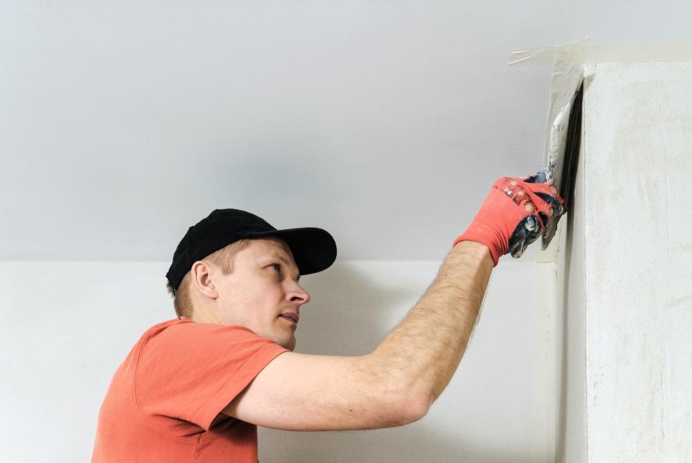 nakładaniet tynku na ścianę