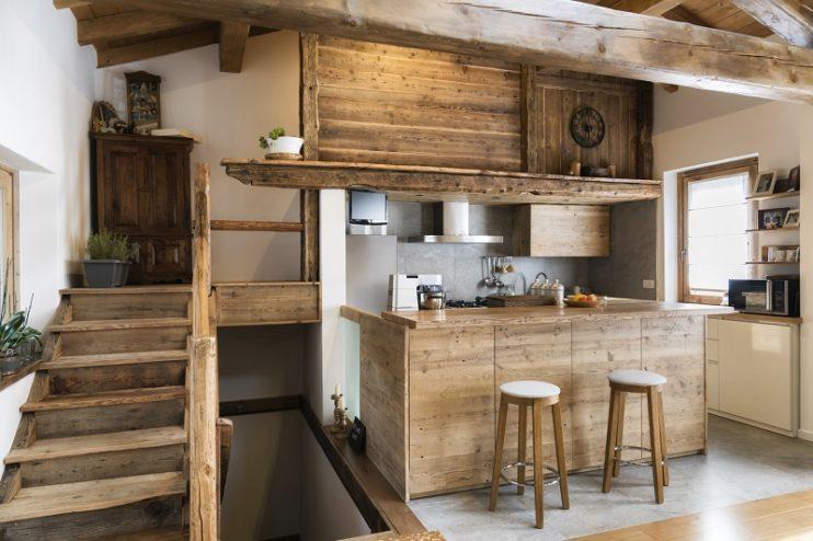 kuchnia z drewnianymi meblami